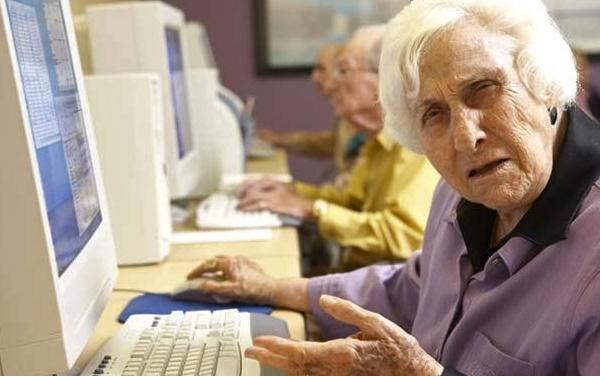 Older Lady Using PC Tuổi của tên miền còn thực sự quan trọng trong SEO ?  Facebook Ninja